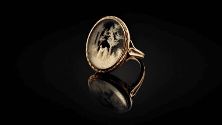 La bague offerte par le jeune Bonaparte à son amour de jeunesse, a été adjugée 36 250 euros lors d'une vente à Fontenaibleau le 26 mars 2017.  (Culturebox / Capture d'écran)