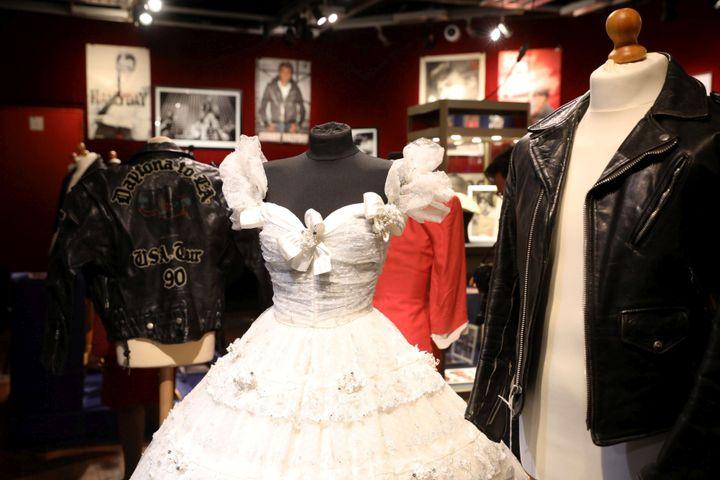 La robe de mariée d'AdelineBlondieau et un perfecto porté par Johnny Hallyday, lors du concert du 3 octobre 1987 à Bercy. (MAXPPP)