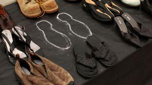 Plus de 1 000 paires de chaussures ayant appartenu à des personnes qui se sont suicidées du Golden Gate Bridge de San Francisco (Californie) sont exposées à l'occasion du 75e anniversaire de l'inauguration du pont, le 27 mai 2012. (ROBERT GALBRAITH / REUTERS)