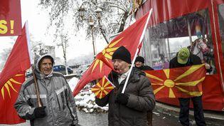 Des opposants au changement de nom de la Macédoine protestent, à Skopje, la capitale du pays, lors d'une visite du ministre grec des Affaires étrangères, le 23 mars 2018. (ROBERT ATANASOVSKI / AFP)