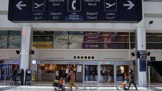 Des voyageurs s'apprêtent à embarquer, à l'aéroport international de Beyrouth, le 17 juillet 2020. (AZIZ TAHER / REUTERS)