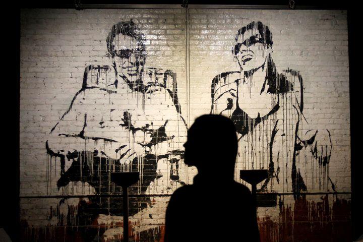 Devant une oeuvre de Banksy à l'exposition madrilène, le 6 décembre 2018.  (Paolo Aguilar/EFE/Newscom/MaxPPP)