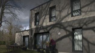La nouvelle tendance de maisons construites en bois booste le nombre de chantiers, qui a augmenté de 10% en un an. (FRANCE 2)