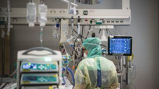 Une infirmière surveille un patient atteint de Covid-19 (illustration). (JONATHAN NACKSTRAND / AFP)