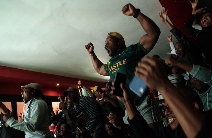 La joie de supporteurs sud-africains au Cap regardant la finale de la Coupe du monde de rugby, le 2 novembre 2019 (REUTERS - MIKE HUTCHINGS / X00388)