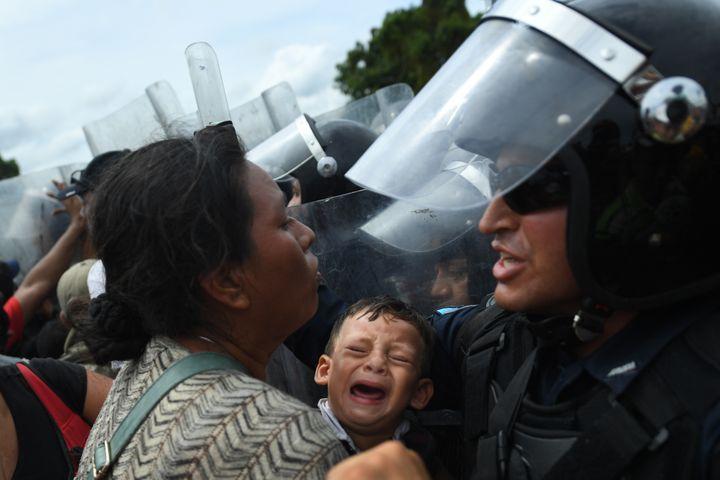 Les forces de l'ordre guatémaltèques tentent de retenir les migrants honduriens, àTecun Uman, au Guatemala. (PEDRO PARDO / AFP)