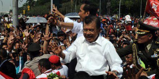 Joko Widodo (en arrière-plan) et le vice-président Jusuf Kalla fêtent leur succès juchés sur une calèche, le 20 octobre 2014 à Djakarta. (Roméo Gacad/AFP)