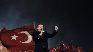Recep Tayyip Erdogan lors d'un meeting de soutien au référendum étendant ses pouvoirs, dimanche 5 mars à Istanbul (Turquie). (OZAN KOSE / AFP)