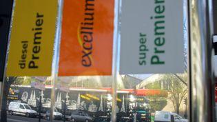 Des pompes à essence à Paris, le 20 avril 2006. (JOEL SAGET / AFP)
