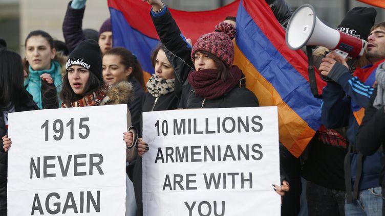 Des Arméniens manifestent près de la Cour européenne des droits de l'homme, le 28 janvier 2015, à Strasbourg (Bas-Rhin). (VINCENT KESSLER / REUTERS)