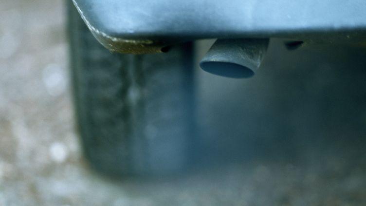 Un pot d'échappement libère une fumée épaisse. (MAXPPP)