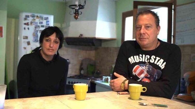 Sandrine et Didier, deux ouvriers de l'usine PSA d'Aulnay-sous-Bois, dans leur maison à Silly-le-Long (Oise), en décembre 2012. (FRANCINE RAYMOND / FRANCETV INFO)