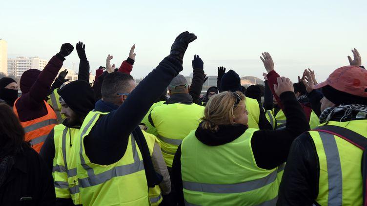 """Des """"gilets jaunes"""" protestent à Calais (Nord), le 23 novembre 2018. (FRANCOIS LO PRESTI / AFP)"""