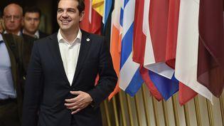Le Premier ministre de la Grèce, Alexis Tsipras, devant les drapeaux des pays de la zone euro, à Bruxelles (Belgique), le 7 juillet 2015. (JOHN THYS / AFP)