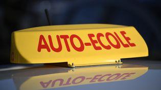 Depuisle 1ernovembre, l'inscription pour passer l'examen du permis de conduire se fait uniquement par Internet. (Photo d'illustration) (LIONEL BONAVENTURE / AFP)