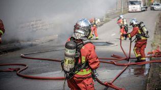 Les sapeurs pompiers de Paris interviennent sur un incendie de voiture sur le périphérique. (LUC NOBOUT / MAXPPP)