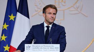 Le président de la République, Emmanuel Macron, lors de la réception des médailles olympiques et paralympiques de Tokyo, le 13 septembre 2021 à l'Elysée. (LUDOVIC MARIN / AFP)