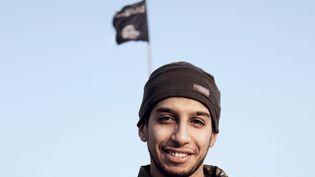 """Capture d'écran d'une vidéo de l'organisation Etat islamique montrant le """"cerveau"""" présumé des attentats de Paris, Abdelhamid Abaaoud, dans une vidéo publiée en février 2015. (DABIQ / AFP)"""