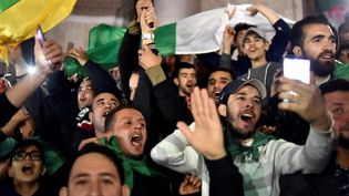 Des Algériens manifestent dans les rues d'Alger après l'annonce de la démission d'Abdelaziz Bouteflika. (RYAD KRAMDI / AFP)