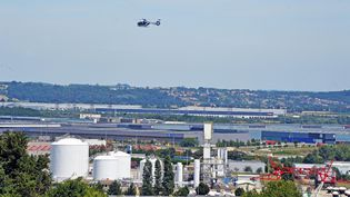 Un hélicoptère de la gendarmerie survole le site de l'attentat. (MAXPPP)