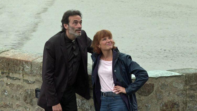 """Anthony Delon et Juliet Lemonnier en tournage pour """"Meurtre au Mont-Saint-Michel"""" (France 3 Normandie)"""
