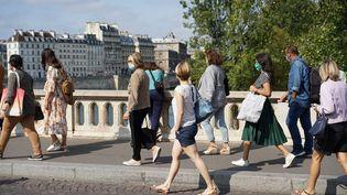 Des riverains masqués à Paris, le 12 septembre 2020. (MYRIAM TIRLER / HANS LUCAS / AFP)