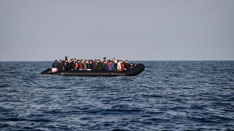 Une embarcation pneumatique au large de la Libye, le 12 mai 2018. (photo d'illustration) (LOUISA GOULIAMAKI / AFP)