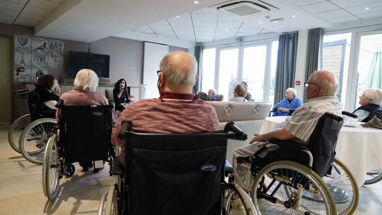 Une animatrice devant des personnes âgées au sein de l'Ehpad Beauregard, à Villeneuve-Saint-Georges (Val-de-Marne), le 12 novembre 2020. (GEOFFROY VAN DER HASSELT / AFP)