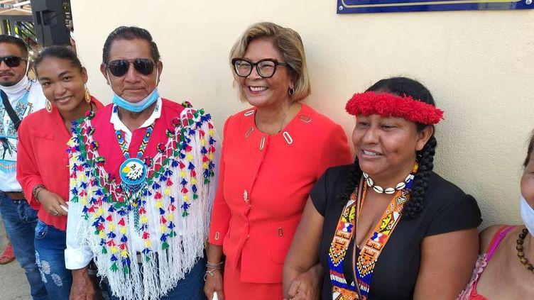 La maire de Cayenne entourée des représentants autochtones (THIERRY MERLIN / GUYANE LA 1ERE)