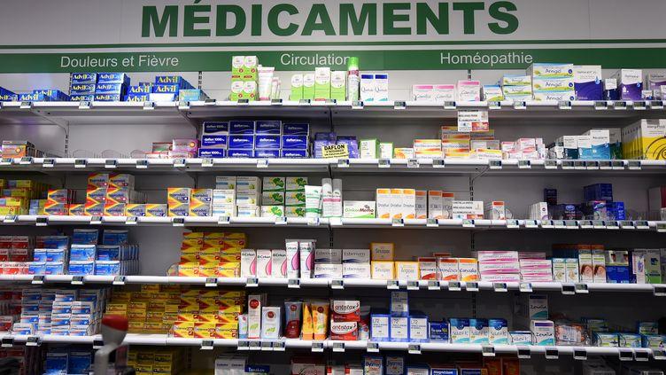 Des médicaments sont proposéspar une pharmacie d'Orléans (Loiret), le 11 janvier 2018. (GUILLAUME SOUVANT / AFP)