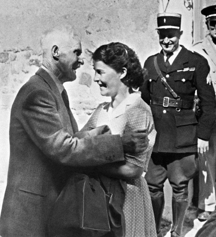 Guillaume Seznec, revenu du bagne, avec sa fille Jeanne, le 23 juillet 1949 à Quimper (Finistère). (AFP)