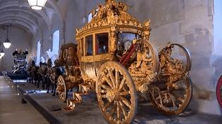 Le clou de l'exposition : ce carrosse magnifique réalisé pour le sacre de Charles X en 1825.  (France 2)