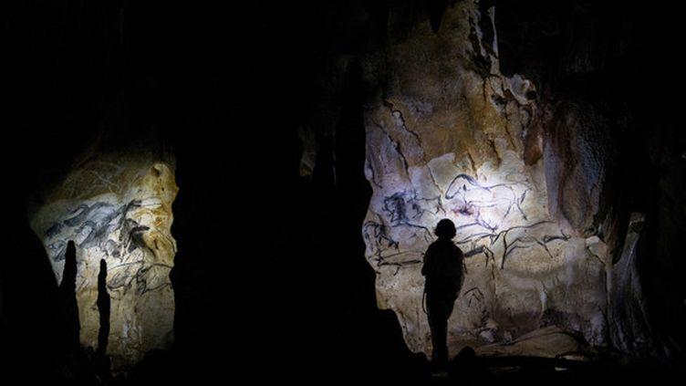 La conservatrice Marie Bardisa à l'intérieur de la grotte Chauvet, le 13 juin 2014.  (Jeff Pachoud / AFP)