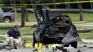 Un policier inspecte les lieux de la fusillade, le 3 mai 2015, à Garland (Etats-Unis). (BEN TORRES / GETTY IMAGES NORTH AMERICA / AFP)