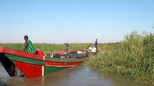 La pirogue à moteur est l'unique moyen de transport dans les marécages du lac. (PATRICK FORT / AFP)