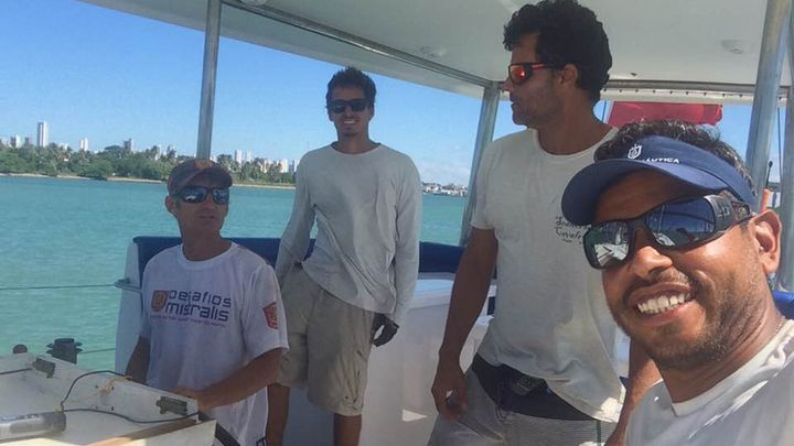 """L'équipage du """"Rich Harvest"""" : Olivier Thomas (gauche) aux côtés des trois apprentis-marins brésiliens. (FACEBOOK DANIEL GUERRA)"""