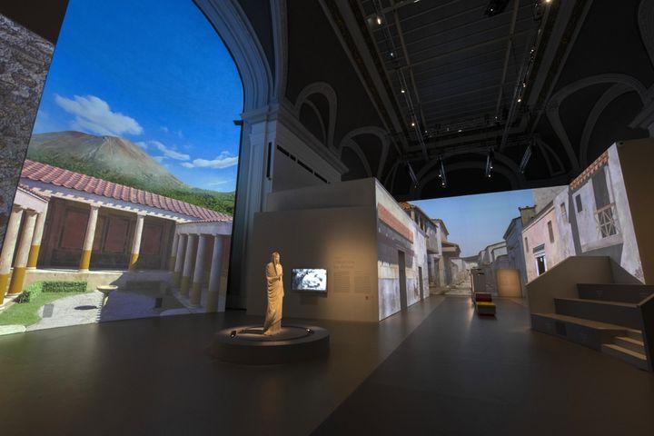 L'exposition Pompéi est une balade immersive dans les rues de la cité antique. Scénographie : Sylvain Roca. (Rmn-Grand Palais / Photo Didier Plowy)