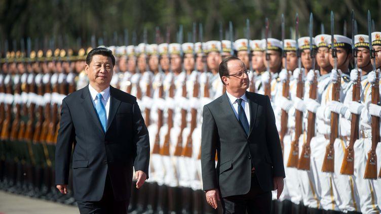 Le président chinois Xi Jinping et François Hollande, le 25 avril 2013 à Pékin (Chine). (BERTRAND LANGLOIS / AFP)