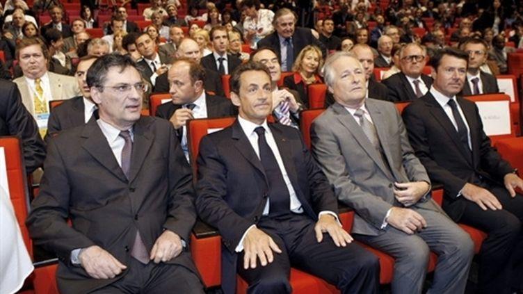 Patrick Devedjian (g) et Nicolas Sarkozy assistent à une réunion de la CGPME, le 15 juin 2010, à Paris (AFP - Rémy de la Mauvinière)