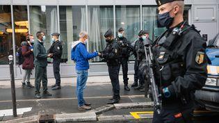 Des gendarmes déployés à proximité du lieu de l'attaque, vendredi 25 septembre, à Paris. (MARIE MAGNIN / HANS LUCAS / AFP)