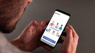 Un hommeconsulte l'application TousAntiCovid sur son smartphone à Paris le 10 janvier 2021. (UGO PADOVANI / HANS LUCAS / AFP)