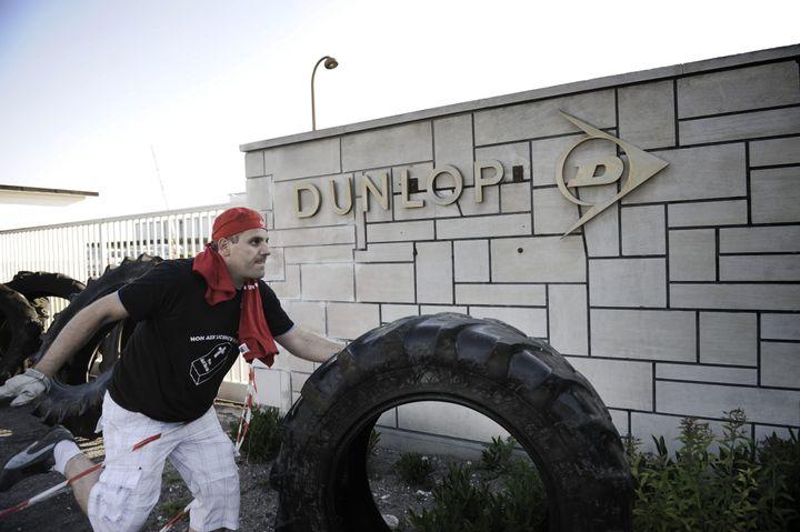 Un ouvrier de l'usine Goodyear d'Amiens (Somme) manifeste devant l'usine voisine de Dunlop, le 2 juin 2009. (MAXPPP)