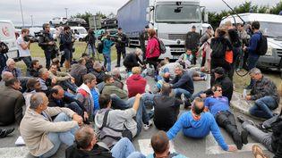 Des employés de GM&S manifestent, le 5 septembre 2017 devant l'usine PSA de Poissy (Yvelines). (JACQUES DEMARTHON / AFP)
