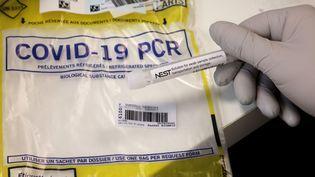 Un échantillon PCR prêt à être testé dans un laboratoire d'Ivry-sur-Seine en région parisienne. (LUDOVIC MARIN / AFP)