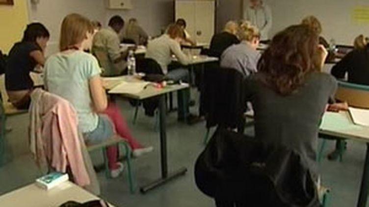 Des lycéens planchent sur l'épreuve de philosophie du bac (18 juin 2009) (F2)