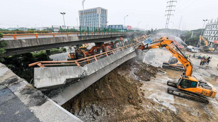 Trois personnes sont mortes lors de l'effondrement d'unpont, à Wuxi (province de Jiangsu, Chine), le 10 octobre 2019. (LI BO / XINHUA / AFP)