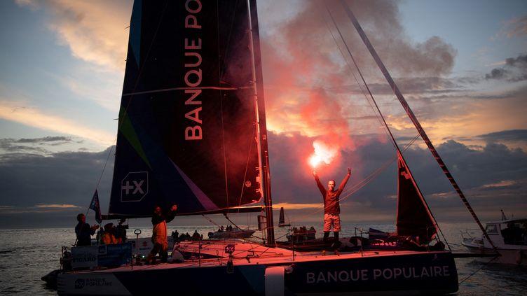 Le skipper français Armel Le Cleac'h célèbre à bord de Banque Populaire 41 après avoir remporté la 51e édition de La Solitaire du Figaro le 19 septembre 2020, au large de Saint-Nazaire. (LOIC VENANCE / AFP)