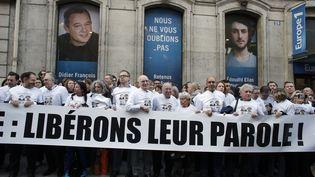 Manifestation du comité de soutien aux quatre journalistes otages en Syrie, devant le siège d'Europe 1, à Paris, le 6 mars 2014. (THOMAS SAMSON / AFP)
