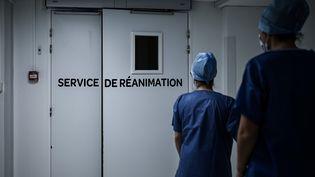 Des soignants devant le service réanimation de la polyclinique Jean Villar, à Bruges (Gironde), le 3 décembre 2020. (PHILIPPE LOPEZ / AFP)