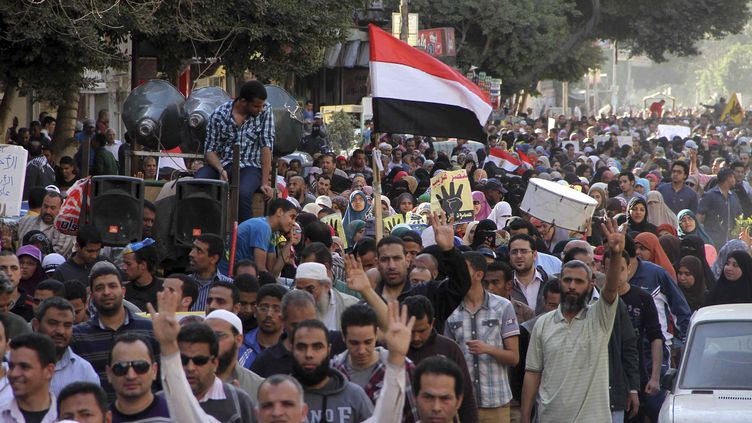 Des partisans de l'ancien président Mohamed Morsi manifestent dans les rues du Caire (Egypte), vendredi 28 mars 2014. (AL YOUM AL SAABI / REUTERS)